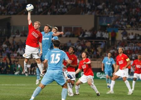 paul-scholes-reaches-soccer-ball-uefa-super-cup-2008-nc2.jpg