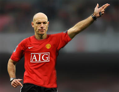 howard webb Ryan Babel Tweets Photo Of Howard Webb Wearing Man United Shirt