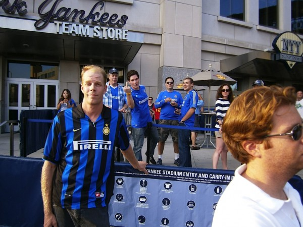chelsea fan finger 600x450 Chelsea vs Paris Saint Germain From Yankee Stadium, In Pictures [PHOTO]