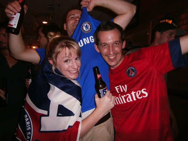 chelsea psg fans 600x450 Chelsea vs Paris Saint Germain From Yankee Stadium, In Pictures [PHOTO]