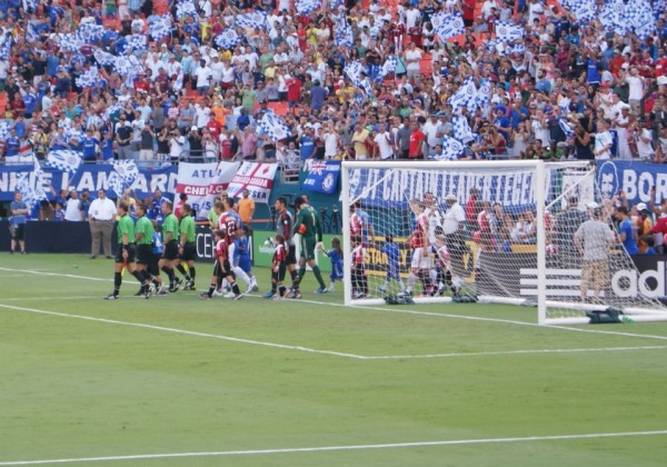 teams come out 600x420 Chelsea vs AC Milan Friendly In Miami, In Pictures [PHOTO]