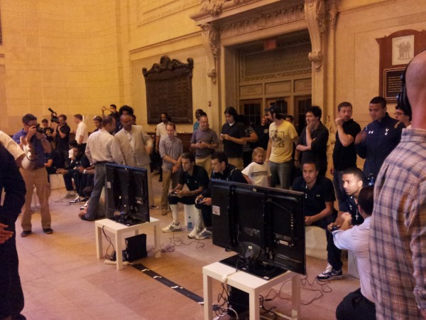spurs playing fifa 600x450 Tottenham Players Score With FIFA 13 at Grand Central Station in New York