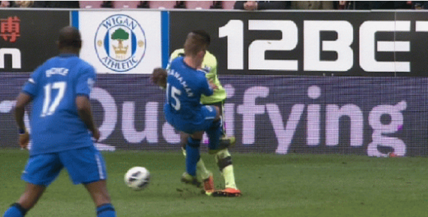 mcmanaman tackle1 600x305 Callum McManaman Incident Sets a Worrying Precedent For Future Over The Top Fouls: The Daily EPL