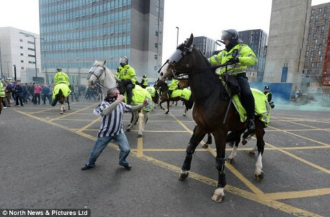 newcastle hooligan Newcastle United Supporters Clash With Police; 29 Arrested, 4 Police Officers Injured [VIDEO]