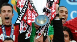 alex-ferguson-lifts-epl-trophy