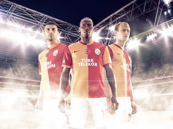 galatasaray home shirt group 600x449 Galatasaray Home Shirt for 2013 14 Season: Official [PHOTOS]