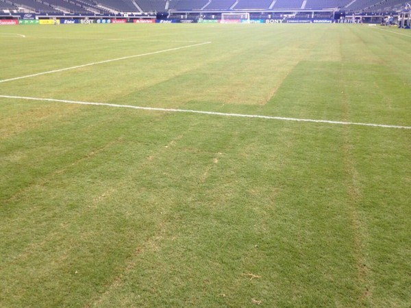 cowboys stadium pitch soccer 600x450 State of Cowboys Stadium Pitch For US Gold Cup Game Is Embarrassing [PHOTOS]