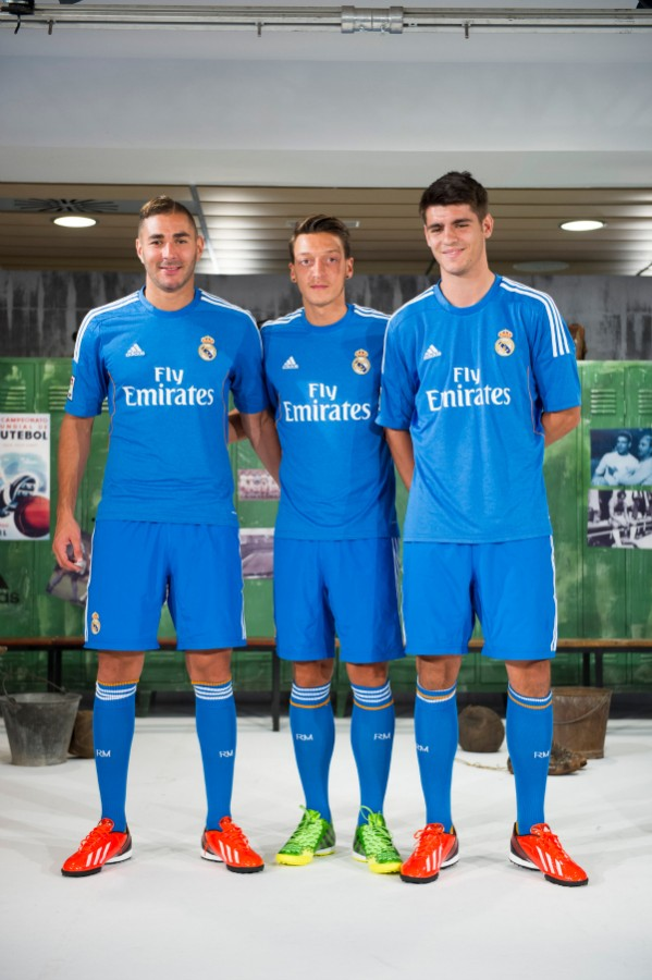 real madrid away shirt group 599x900 Real Madrid Unveils Away Shirt for 2013 14 Season: Official [PHOTOS]