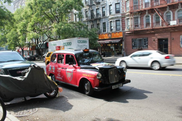 arsenal taxi 600x400 New Photos of London Taxi Cabs in Premier League Team Colors In New York City [PHOTOS]