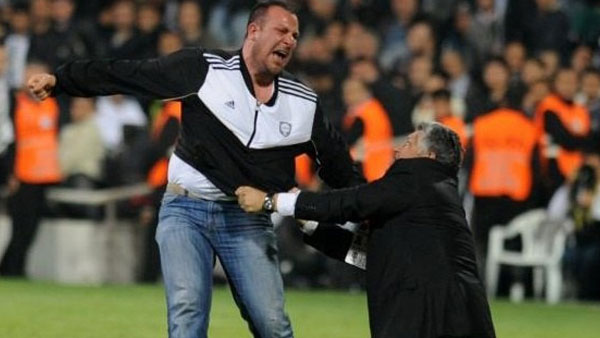 besiktas fans Istanbul Derby Between Besiktas and Galatasaray Abandoned After Fans Invade Pitch In Injury Time [VIDEO]