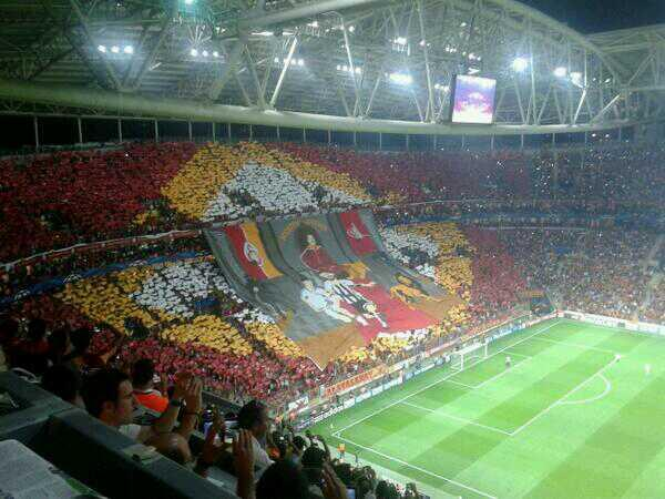galatasaray tifo Galatasaray Fans Unveil Amazing Tifo With Lions Chasing Ronaldo and Pirlo [VIDEO]