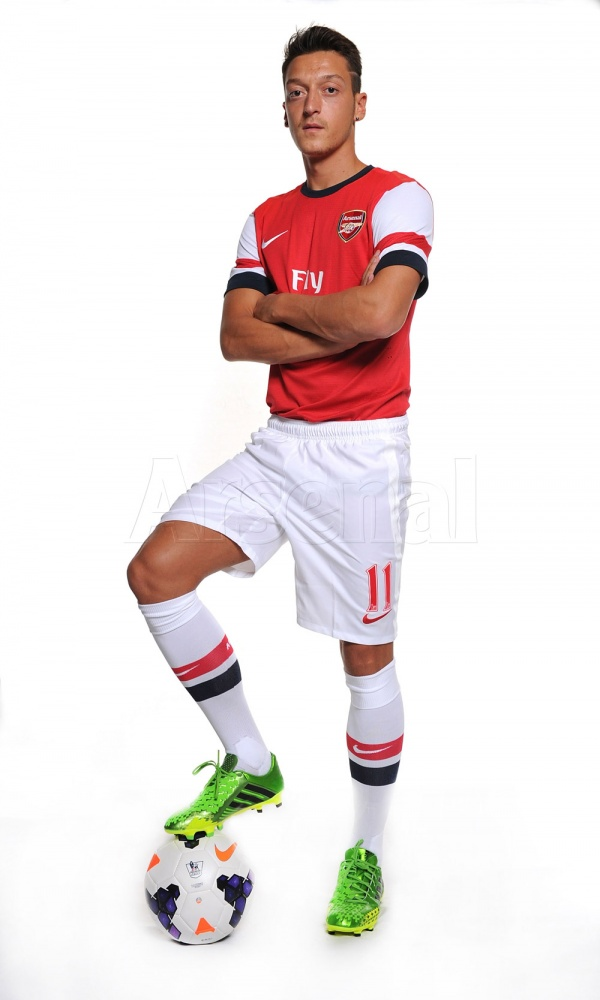 mesut ozil home shirt full First Images of Mesut Ozil Wearing Arsenal Kit: Official [PHOTOS]