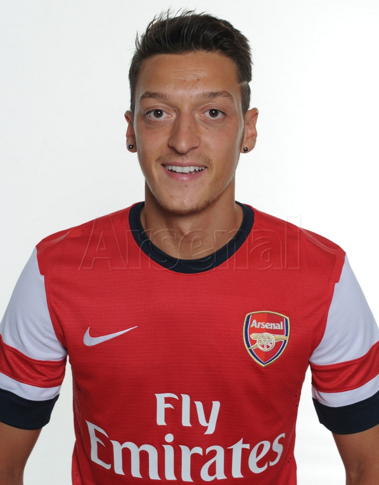 mesut ozil home shirt First Images of Mesut Ozil Wearing Arsenal Kit: Official [PHOTOS]