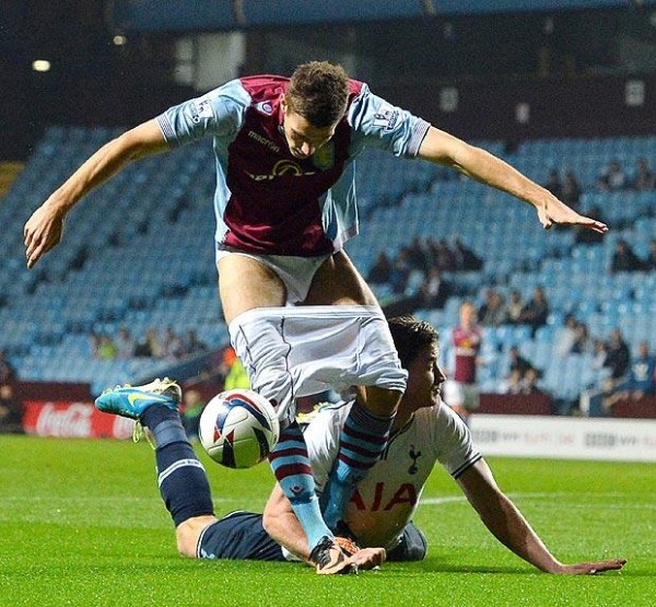 nicklas helenius vertonghen 600x555 Jan Vertonghen Pulls Down Aston Villa Strikers Shorts in League Cup [VIDEO]