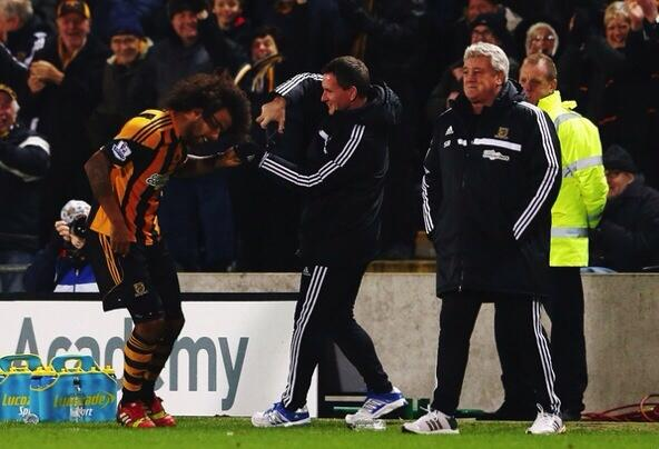tom huddlestone haircut1 Tom Huddlestone Finally Scores; Gets His Hair Cut During Match [PHOTOS]