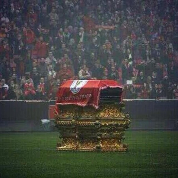 eusebio casket 600x600 WATCH A Moving Tribute to Eusebio; Thousands of Benfica Fans Say Goodbye [VIDEO]