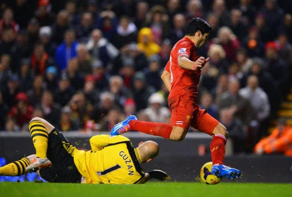 luis suarez brad guzan 600x405 Luis Suarez Penalty Incident Raises Diving Issue Again; Reviewing Premier League Referee Decisions