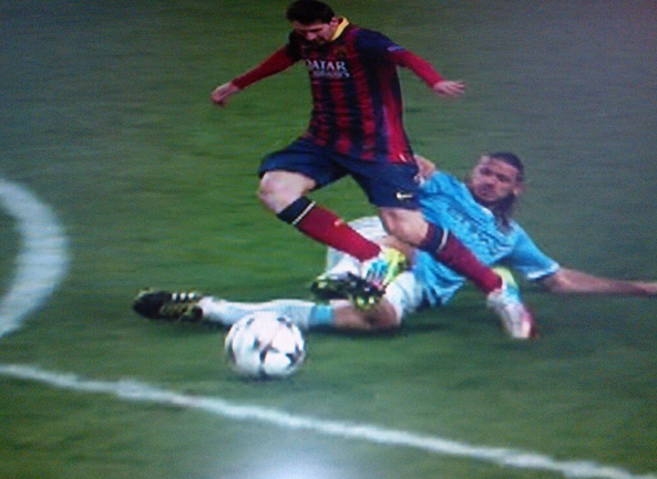 dimichelis foul on messi WATCH Barcelona Defeat Manchester City 2 0 to Take Commanding Lead: Goals [GIF]