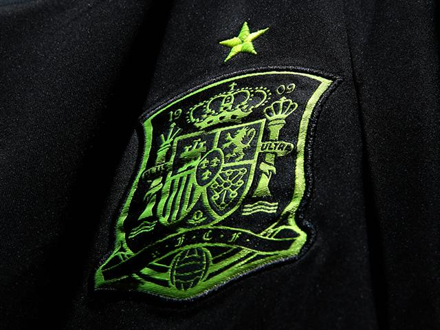 spain crest Spains Away Shirt For the 2014 FIFA World Cup Is Black and Neon: Official [PHOTOS]