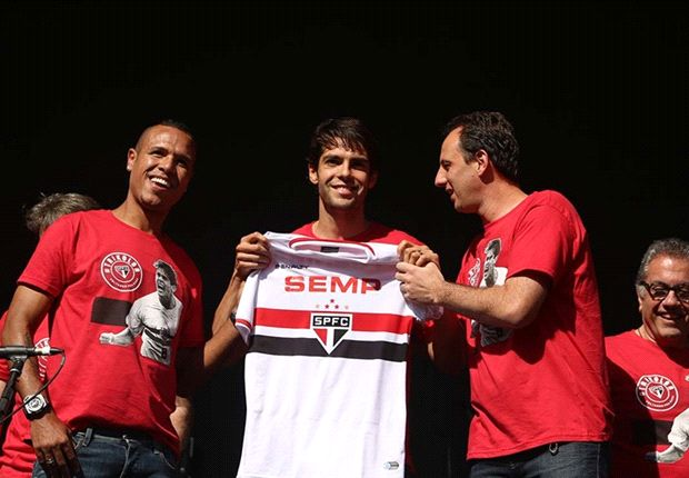Thousands of Sao Paulo Fans Welcome Kaka Back to Brazil [VIDEO]