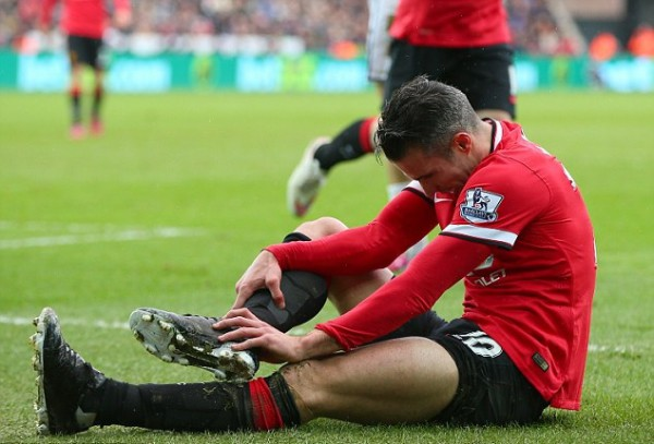 Robin van Persie expected to be sidelined one month with ankle ligament damage