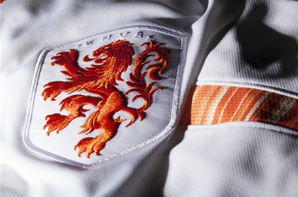 netherlands-away-shirt-2015-crest