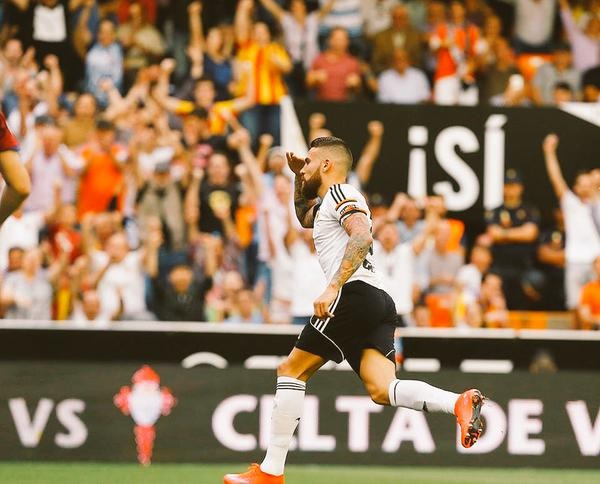 Valencia tell Manchester United target Nicolas Otamendi to hand in transfer request