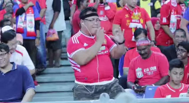 Manchester United supporter steals the show at Liverpool friendly [VIDEO]