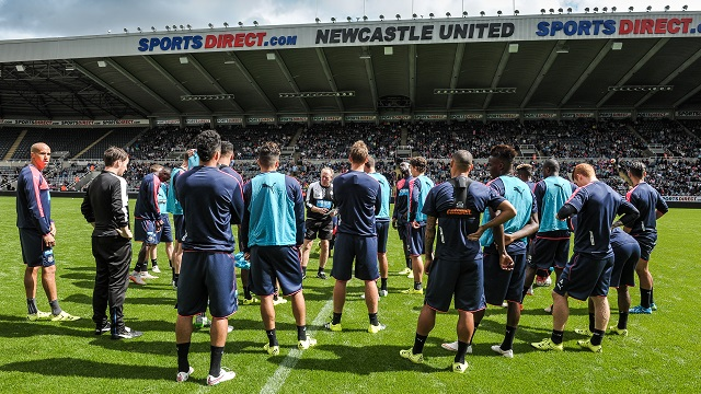 NEWCASTLE UPON TYNE, ENGLAND - AUGUST 4: Head coach Steve McClaren (C) talks to his players during the Newcastle United Open Training session at St.James' Park on August 4, 2015, in Newcastle upon Tyne, England. (Photo by Serena Taylor/Newcastle United via Getty Images)