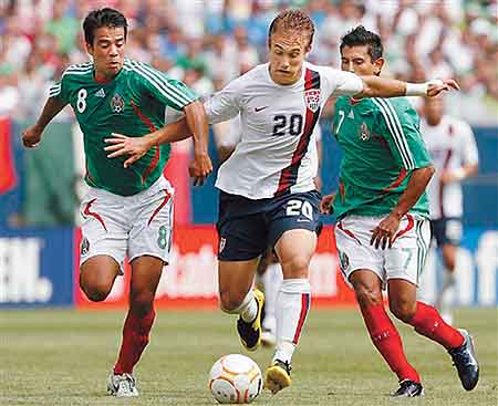 USA's Taylor Twellman, center, battles for the ball with Mexico's Pavel Pardo, left, and Alberto Medina during the second half of the Gold Cup soccer final Sunday, June 24, 2007, in Chicago. USA won 2-1.(AP Photo/Nam Y. Huh)